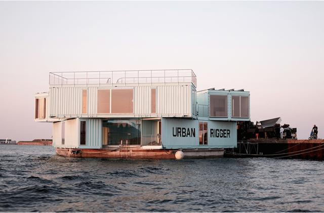 学生の住居問題を解決するために生まれたコンテナ製ドミトリー「Urban Rigger」は、住居費の高い北欧・コペンハーゲンで始まったプロジェクト。水上にドミトリーを作ることで、家賃や場所の問題の解決を目指すおしゃなアパート。11