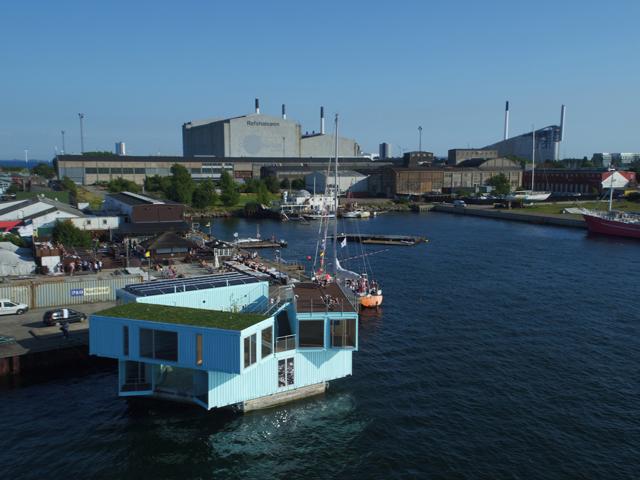 学生の住居問題を解決するために生まれたコンテナ製ドミトリー「Urban Rigger」は、住居費の高い北欧・コペンハーゲンで始まったプロジェクト。水上にドミトリーを作ることで、家賃や場所の問題の解決を目指すおしゃなアパート。2