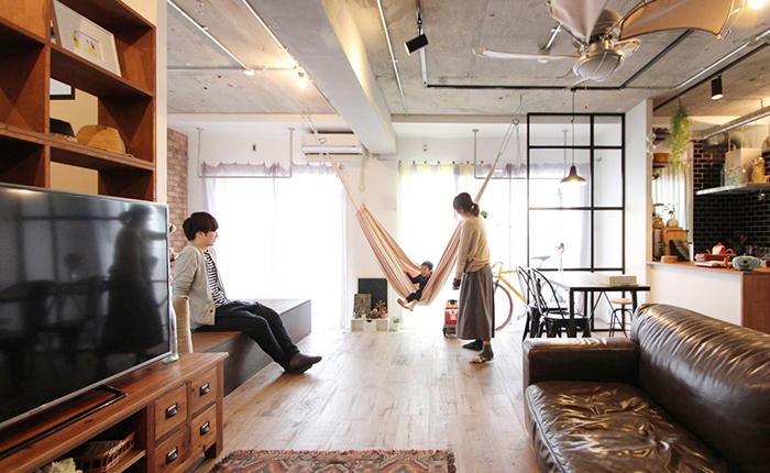 川崎市に住む会社員Y夫妻は、家族が落ち着いて暮らせる家を求め、リノベーションを実施。「開放的な空間」を1番のコアコンセプトに、のっぺりとしただだっ広い空間にならず、メリハリのある部屋を実現させた、とても大きな1ルームの間取りとなりました。