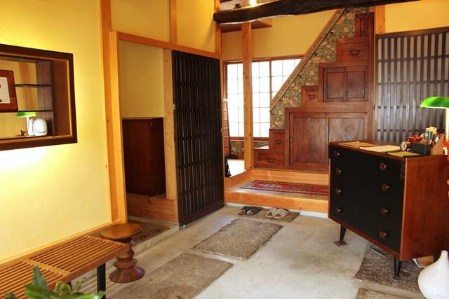 東京都港区高輪にある、築50年以上のお米屋さんを改装した隠れ家的、一軒家の宿「Araiya」を紹介。座り心地のいいソファや畳のにおいなど、まるで田舎の祖父母の家を訪ねたような、「はじめてなのに懐かしい」感覚を楽しめます。