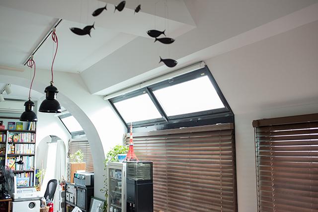 築30年以上の中古マンションを大胆にリノベーションした、伊藤和人さんとシラキハラメグミさんのイラストレーションユニット「seesaw.」のオフィス兼ご自宅の二重窓