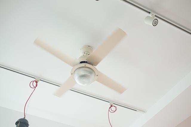 築30年以上の中古マンションを大胆にリノベーションした、伊藤和人さんとシラキハラメグミさんのイラストレーションユニット「seesaw.」のオフィス兼ご自宅の天井ファン
