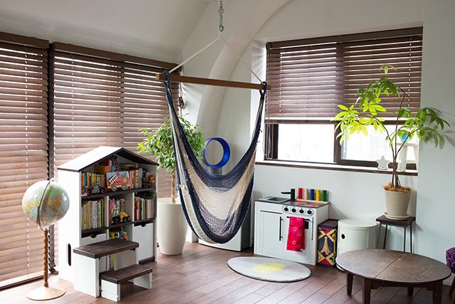 築30年以上の中古マンションを大胆にリノベーションした、伊藤和人さんとシラキハラメグミさんのイラストレーションユニット「seesaw.」のオフィス兼ご自宅のダイソンやハンモックや子供スペース