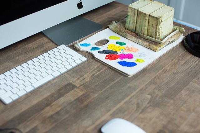 築30年以上の中古マンションを大胆にリノベーションした、伊藤和人さんとシラキハラメグミさんのイラストレーションユニット「seesaw.」のオフィス兼ご自宅の絵の具や画材と仕事場