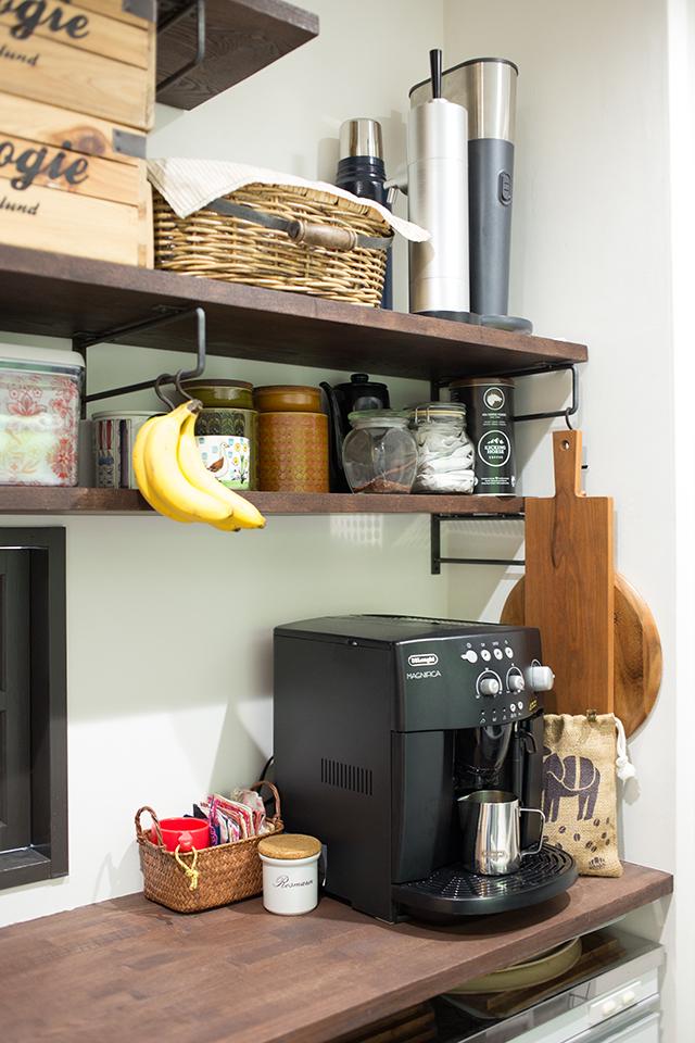 築30年以上の中古マンションを大胆にリノベーションした、伊藤和人さんとシラキハラメグミさんのイラストレーションユニット「seesaw.」のオフィス兼ご自宅の便利なキッチン収納