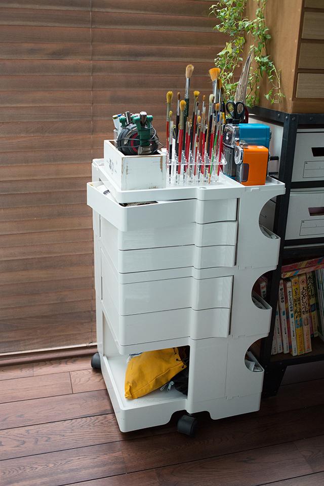築30年以上の中古マンションを大胆にリノベーションした、伊藤和人さんとシラキハラメグミさんのイラストレーションユニット「seesaw.」のオフィス兼ご自宅の絵の具入れ
