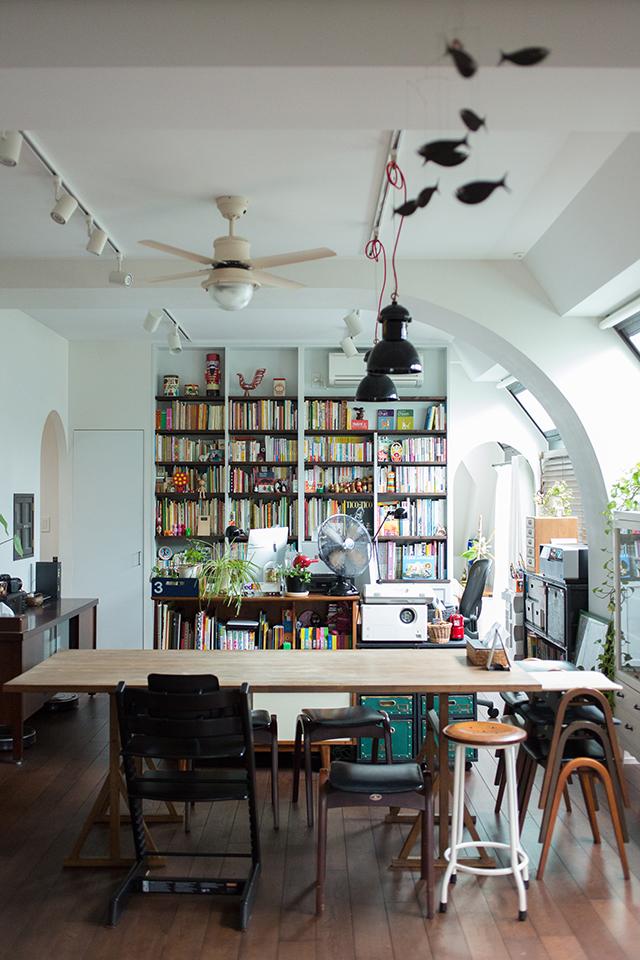 築30年以上の中古マンションを大胆にリノベーションした、伊藤和人さんとシラキハラメグミさんのイラストレーションユニット「seesaw.」のオフィス兼ご自宅の壁全面の本棚