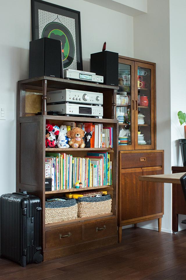 築30年以上の中古マンションを大胆にリノベーションした、伊藤和人さんとシラキハラメグミさんのイラストレーションユニット「seesaw.」のオフィス兼ご自宅の素敵なアンティーク家具