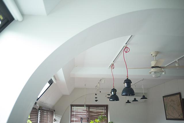 築30年以上の中古マンションを大胆にリノベーションした、伊藤和人さんとシラキハラメグミさんのイラストレーションユニット「seesaw.」のオフィス兼ご自宅のアーチ天井と照明