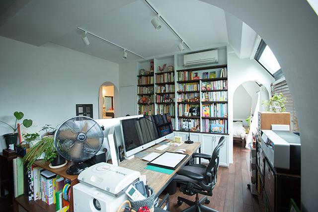築30年以上の中古マンションを大胆にリノベーションした、伊藤和人さんとシラキハラメグミさんのイラストレーションユニット「seesaw.」のオフィス兼ご自宅の仕事机