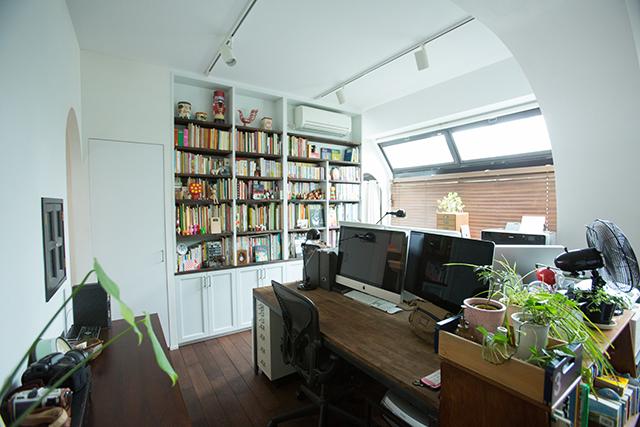 築30年以上の中古マンションを大胆にリノベーションした、伊藤和人さんとシラキハラメグミさんのイラストレーションユニット「seesaw.」のオフィス兼ご自宅の仕事机_2