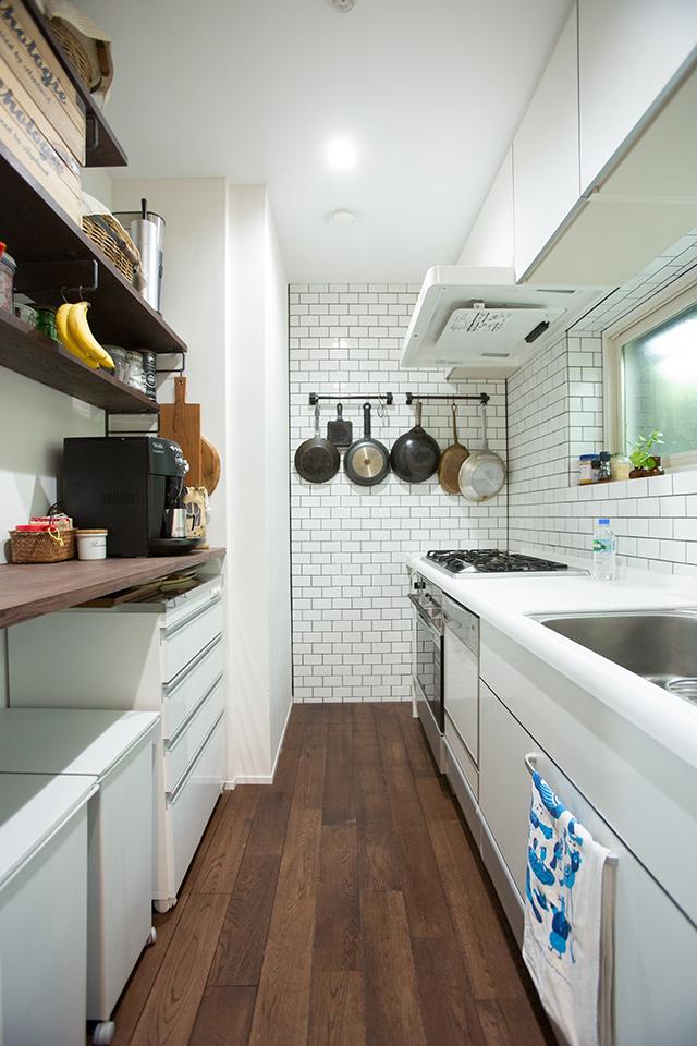 築30年以上の中古マンションを大胆にリノベーションした、伊藤和人さんとシラキハラメグミさんのイラストレーションユニット「seesaw.」のオフィス兼ご自宅の素敵なキッチンのタイル