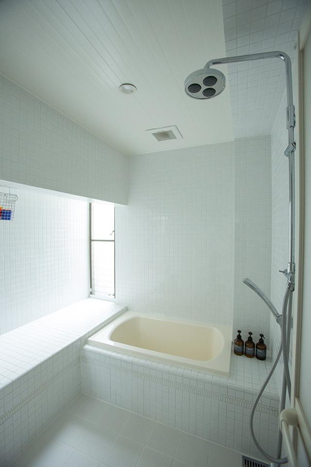 築30年以上の中古マンションを大胆にリノベーションした、伊藤和人さんとシラキハラメグミさんのイラストレーションユニット「seesaw.」のオフィス兼ご自宅の明るいお風呂