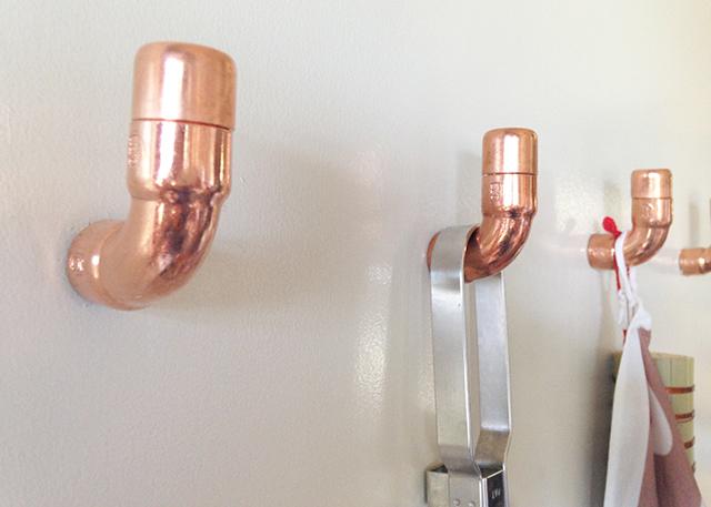 近流行りのインダストリアルなインテリアの中でも特に清潔感ある銅素材をつかった誰でも簡単につくれるDIYフックはキッチンにピッタリ4