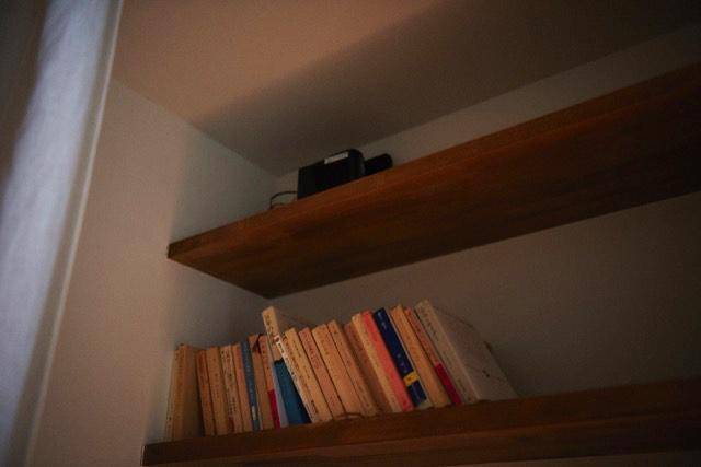 Webデザイナーの夫婦が音楽を楽しむ防音室などを完備した港区麻布十番のレトロマンションをリノベーションしたおしゃれな部屋のWi-Fiのルーター_25