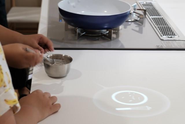 デザインとテクノロジーを軸とした研究開発組織INFOBAHN DESIGN LABO.が進めるプロジェクト「KITchen.」の、最新鋭の調理ナビゲーションシステムを体験してきました。3