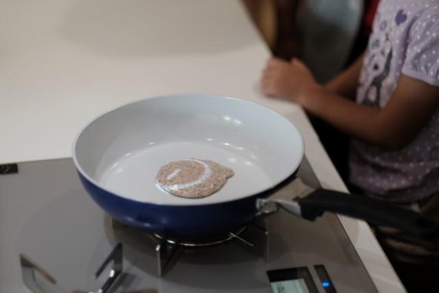 デザインとテクノロジーを軸とした研究開発組織INFOBAHN DESIGN LABO.が進めるプロジェクト「KITchen.」の、最新鋭の調理ナビゲーションシステムを体験してきました。4