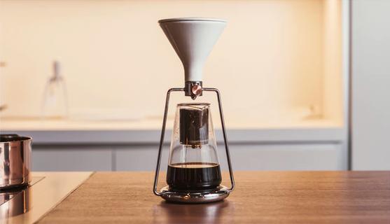 「GINA」は、コーヒーと水の分量や浸出時間の完璧な比率を、簡単に見つけられる、おしゃれで便利なスマート・コーヒーメーカー。内蔵のBluetoothと連動した計りで成分を計量し、最適なタイミングを教えてくれます。豆の品質や種類から、最高の味を追求してくれるんです。7