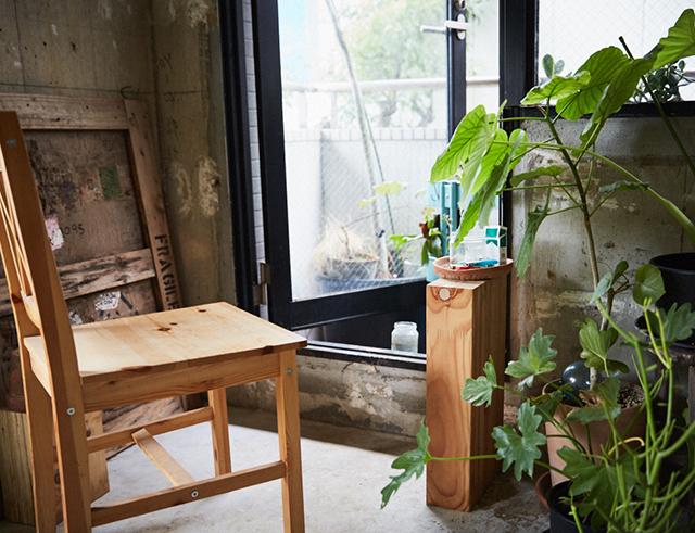 下町な佇まいが魅力の、路面電車・都電荒川線が走る町屋で暮らす、平井龍之進さん、好美さんの家を取材しました。まるで花屋さんの店舗のような、ガラス張りの100平米の家は、植物にあふれています。ハンモックやパレットでDIYした小上がりなど、素敵でおしゃれな空間の快適な喫煙スペース