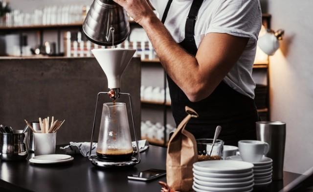「GINA」は、コーヒーと水の分量や浸出時間の完璧な比率を、簡単に見つけられる、おしゃれで便利なスマート・コーヒーメーカー。内蔵のBluetoothと連動した計りで成分を計量し、最適なタイミングを教えてくれます。豆の品質や種類から、最高の味を追求してくれるんです。2