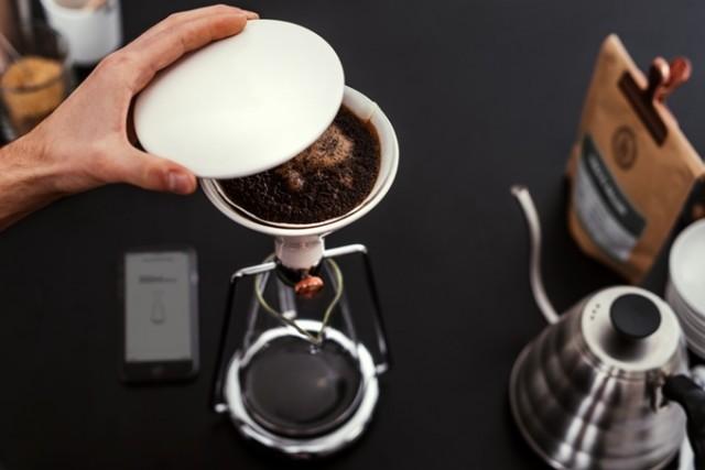 「GINA」は、コーヒーと水の分量や浸出時間の完璧な比率を、簡単に見つけられる、おしゃれで便利なスマート・コーヒーメーカー。内蔵のBluetoothと連動した計りで成分を計量し、最適なタイミングを教えてくれます。豆の品質や種類から、最高の味を追求してくれるんです。1