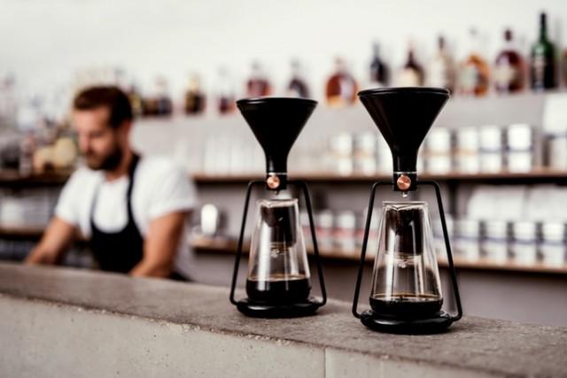 「GINA」は、コーヒーと水の分量や浸出時間の完璧な比率を、簡単に見つけられる、おしゃれで便利なスマート・コーヒーメーカー。内蔵のBluetoothと連動した計りで成分を計量し、最適なタイミングを教えてくれます。豆の品質や種類から、最高の味を追求してくれるんです。4