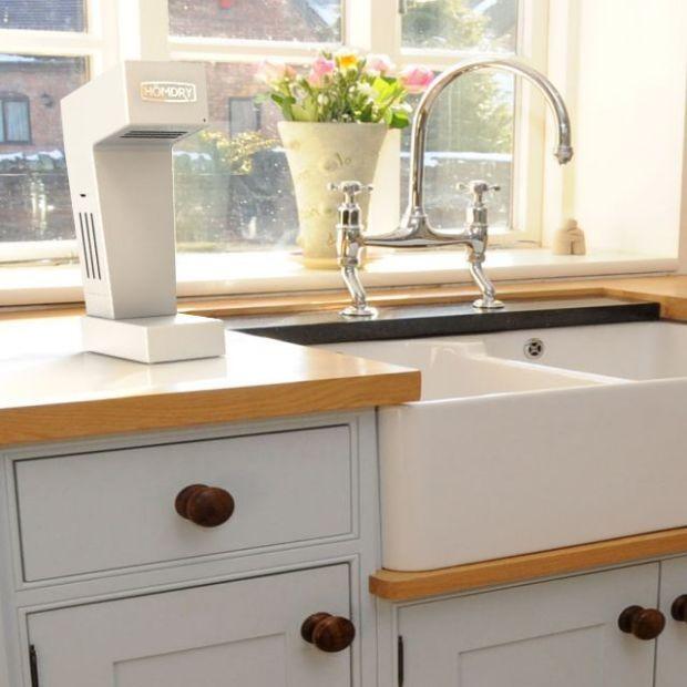 キッチンや浴室で使うために設計された初の自宅用ハンドドライヤー「HÖMDRY」を紹介します。コードレスで使用でき、環境に優しくリーズナブルなアイテムです。ハンドドライヤーとは思えないほど、コンパクトでシャープなデザインです。シンクの上に置いても使用できます。