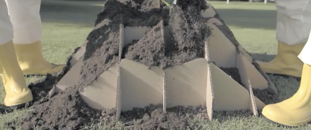 芝生の種と土、段ボールを使って自分で育てる新感覚のソファ「TERRA!」を紹介します。2000年にミラノで開催された国際家具見本市「サローネサテリテ」で初めて「TERRA!」が紹介され、再度生産を始めました。「TERRA!」は、世界にひとつしかない家具を作れます。土と水をまいて地盤を作ります。