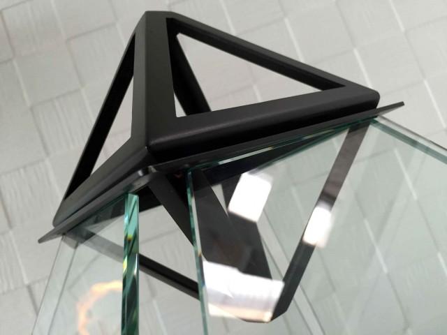 ルーブル美術館にあるガラス張りのピラミッドからアイディアを受けた美しいバイオエタノール暖炉「 Louvre」。全面ガラス張りのため、360°どこからでも炎を眺めることができます。燃料はバイオエタノールなので、灰も煙も出ません。2