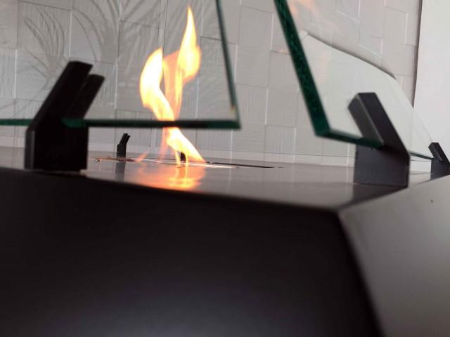 ルーブル美術館にあるガラス張りのピラミッドからアイディアを受けた美しいバイオエタノール暖炉「 Louvre」。全面ガラス張りのため、360°どこからでも炎を眺めることができます。燃料はバイオエタノールなので、灰も煙も出ません。5