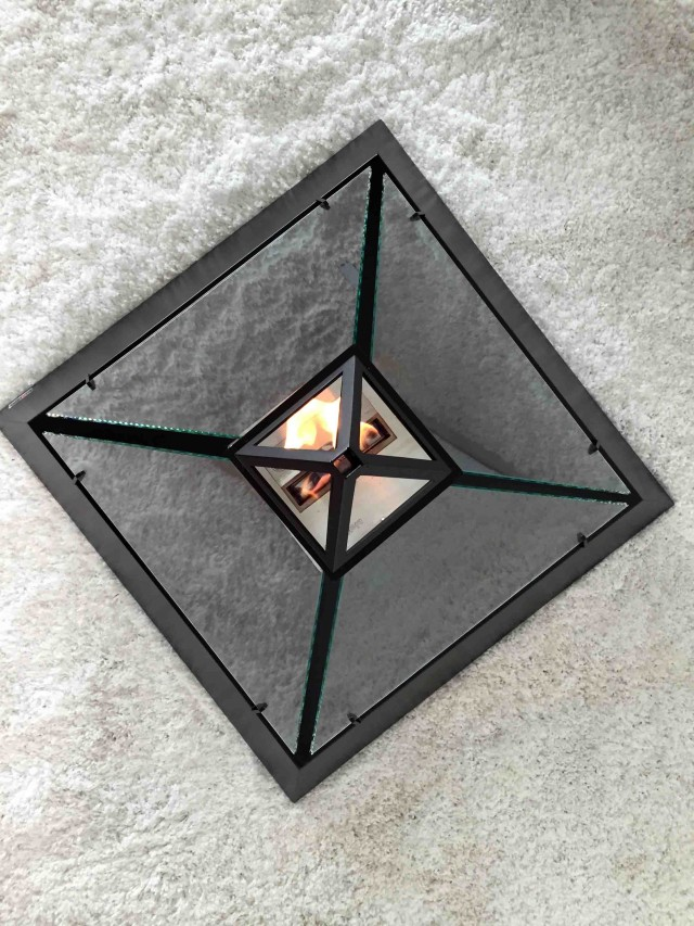 ルーブル美術館にあるガラス張りのピラミッドからアイディアを受けた美しいバイオエタノール暖炉「 Louvre」。全面ガラス張りのため、360°どこからでも炎を眺めることができます。燃料はバイオエタノールなので、灰も煙も出ません。3