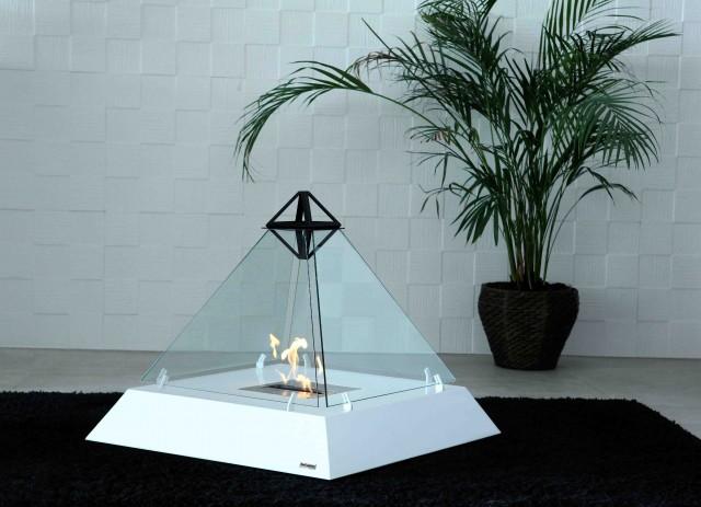 ルーブル美術館にあるガラス張りのピラミッドからアイディアを受けた美しいバイオエタノール暖炉「 Louvre」。全面ガラス張りのため、360°どこからでも炎を眺めることができます。燃料はバイオエタノールなので、灰も煙も出ません。1