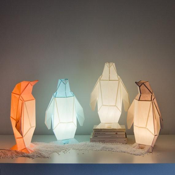 「OWL paperlamps」は、日本の折り紙からアイデアを得た、おしゃれでかわいいランプ。子供部屋にピッタリ。優しい光と愛らしい動物の形が、リラックスできる空間を演出します。明かりをつけた時はもちろん、明かりが消えているときもインテリアとして楽しめますよ。10