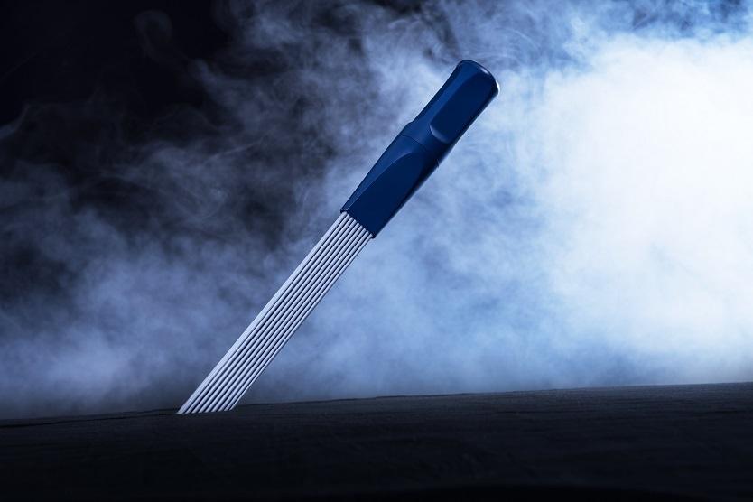 ブラシと掃除機両方の特性をフルに活用できる、100%ドイツ製にこだわった掃除機ノズル「Dusty-Brush」。使い心地はブラシと同じ。先端部分が45度の角度になっており、凹凸のある部分や溝など、幅広いエリアに届きやすいようにデザインされている。実際に使っている様子のGIF画像からも、その爽快感が伝わってくる。