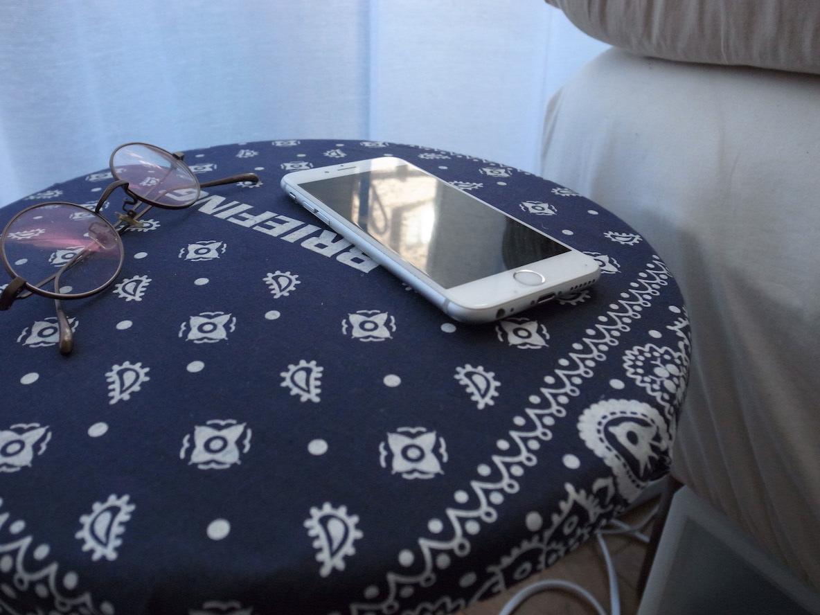 BEAMSで買ったスツールも、独自のアレンジを加えて、ベッドサイドテーブルとして
