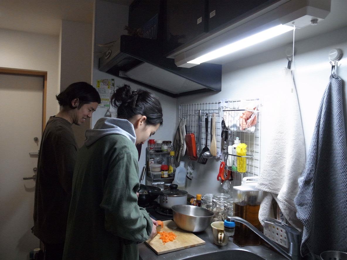 キッチンに立つカップル